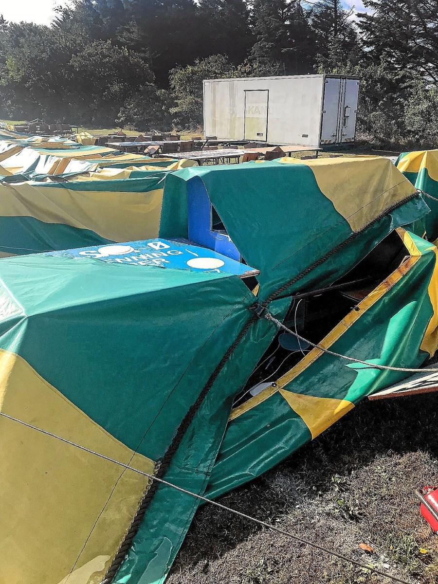 Det revnede festtelt, der minder om et cirkustelt, ligger revnet på festpladsen efter Johannes hærgen.Privatfoto
