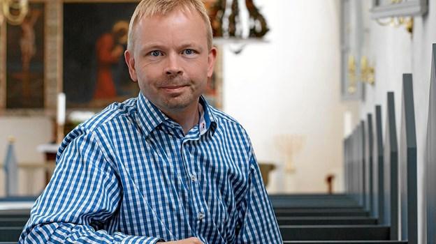 Christian Roar Pedersen går fra halv tid til hel tid i Hals og Hou. Han overtager stillingen som kirkebogsførende sognepræst efter Sophie Nordentoft. Foto: Aalborg Stift