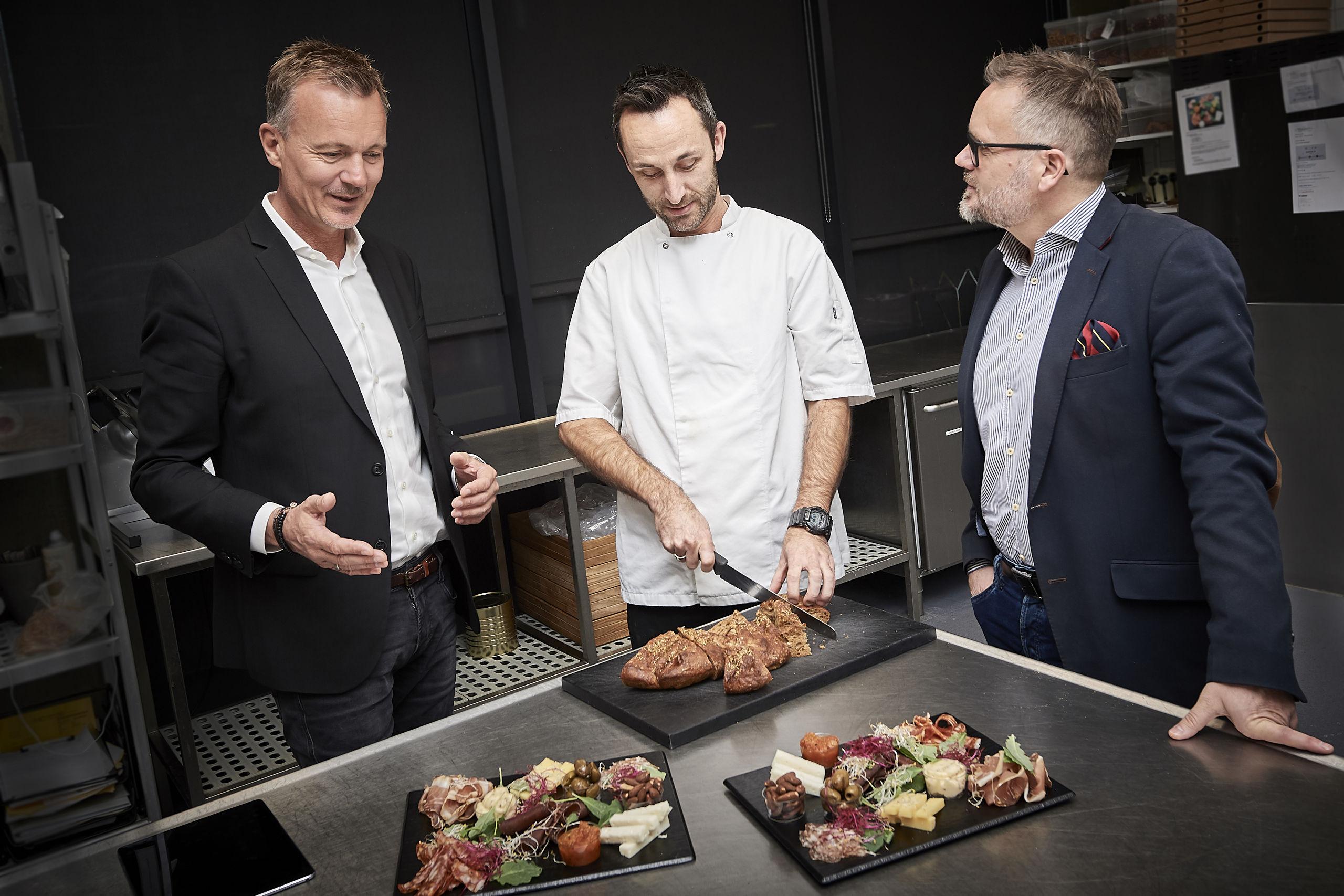 Her ses fra venstre investor og bestyrelsesformand Poul Bærentsen, investor og kok Martin Ib samt Waiteer direktør Ricky Thygesen. PR Foto
