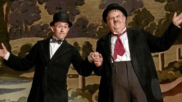 Steve Coogan og John Reilly yder en formidabel og meget anmelderrost indsats i rollerne som Gøg og Gokke, der forsøger at genoplive deres karriere i efterkrigstidens Storbritannien. Foto: Fjerritslev Kino