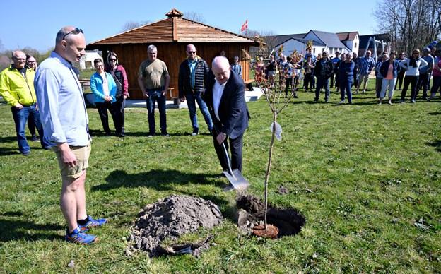 Viceborgmester Karsten Frederiksen (K) var forbi for at holde tale og plante et træ i den nye bypark. Foto: Kurt Bering