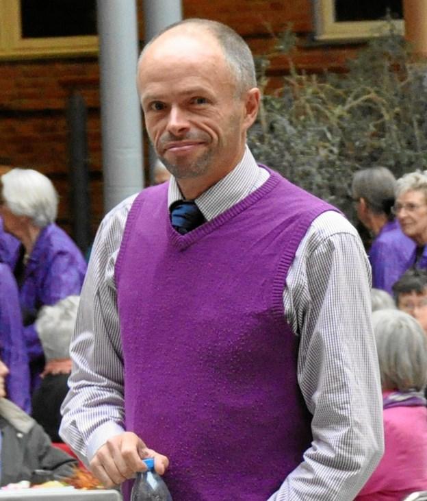 Den velkendte korleder - Jens Eric Strudsholm - leder sangen.    Privatfoto