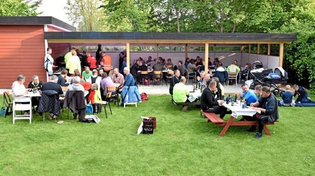 Der var stor opbakning til indvielsen af den 80 kvadratmeter store terrasse med flisegulv, lys, infrarød varme og helt nye borde og stole. Foto: Niels Helver Niels Helver