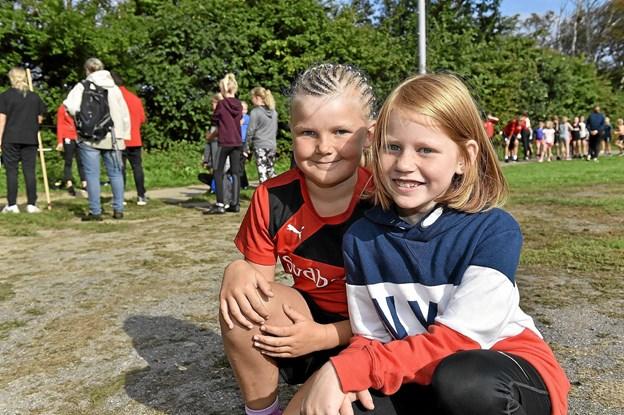 Alberte og Marie er glade for, for første gang, at være med til idrætsdag. Det er ihvertfald meget sjovere end at sidde med Crome-book hver dag i klassen, lyder det fra pigerne fra Hurup. Foto: Ole Iversen