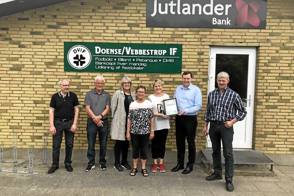 Glade modtagere og givere af penge fra Sparekassen Hobro Fonden. Foto: Privat