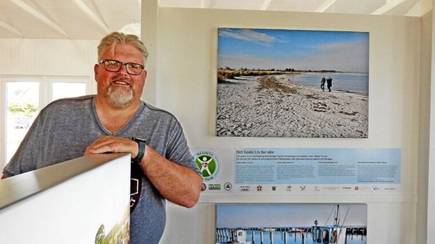 Jan Andersen i afdelingen, hvor Det Gode Liv Øster Hurup har fået plads på turistkontoret. Foto: Ejlif Rasmussen