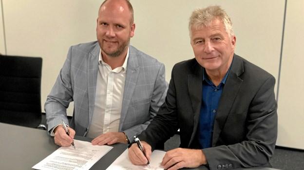 Salgsdirektør David Lange fra Fujitsu/Silkeborg Data (t.v.) sammen med Ole Helk, der er økonomidirektør i Vesthimmerlands Kommune ved underskrivelsen.