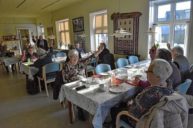 17 kvinder og to mænd var mødt frem til afstemningen om nedlæggelse af Hurups Pensionist og Efterlønsforening. Foto: Ole Iversen Ole Iversen