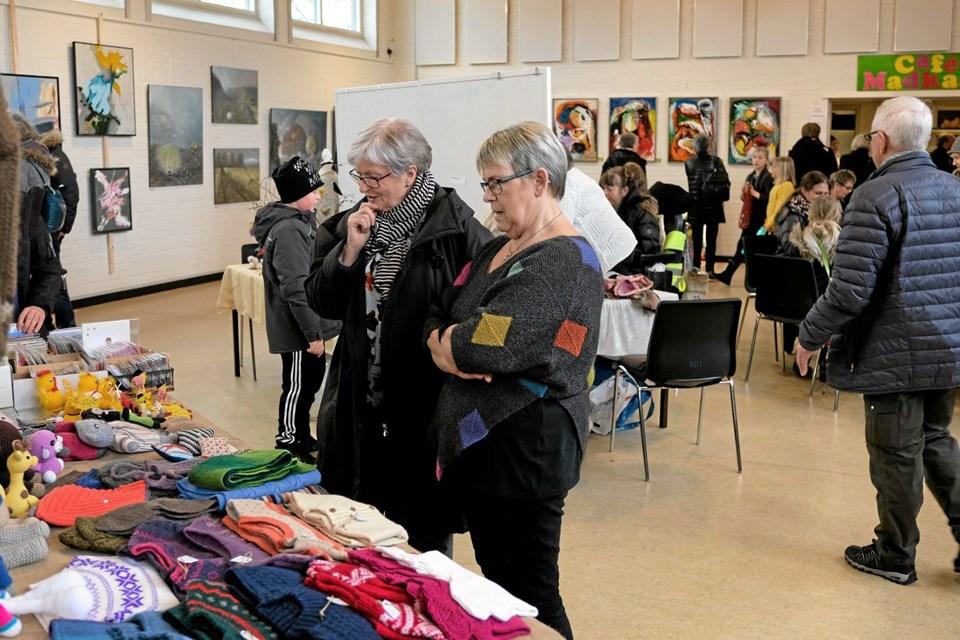 Der er stor interesse for Aase Havens arbejder i strik. Foto: Niels Helver Niels Helver