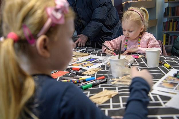 Der er nu noget sødt og rørende eviggyldigt over to små piger, der  er koncentrerede om at male med tusch. Det har piger gjort i generationer. Peter Broen