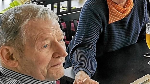 Georg Jørgensen klar til frokosten på restaurant Neptun på havnen i Øster Hurup. Lis Jørgensen fra plejegruppen holder ham i hånden. Foto: privat ( kan frit benyttes)