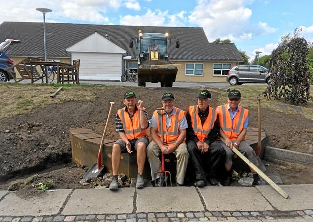 Fire af de aktive seniorer i Suldrup i gang med at sætte fundament til Fjordhønen. Privatfoto