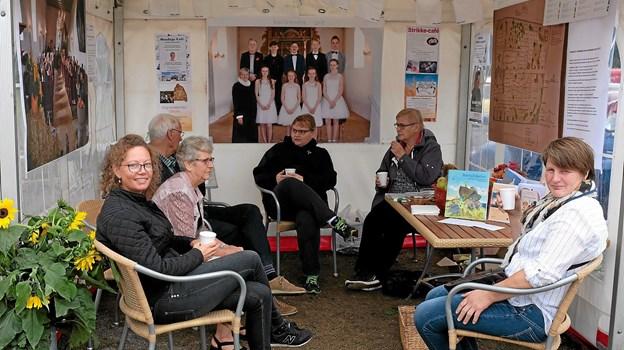 Astrup Kirke med menighedsråd og præster fortalte om konfirmationsforberedelse og kirkens ungdomsarbejde. Foto: Niels Helver