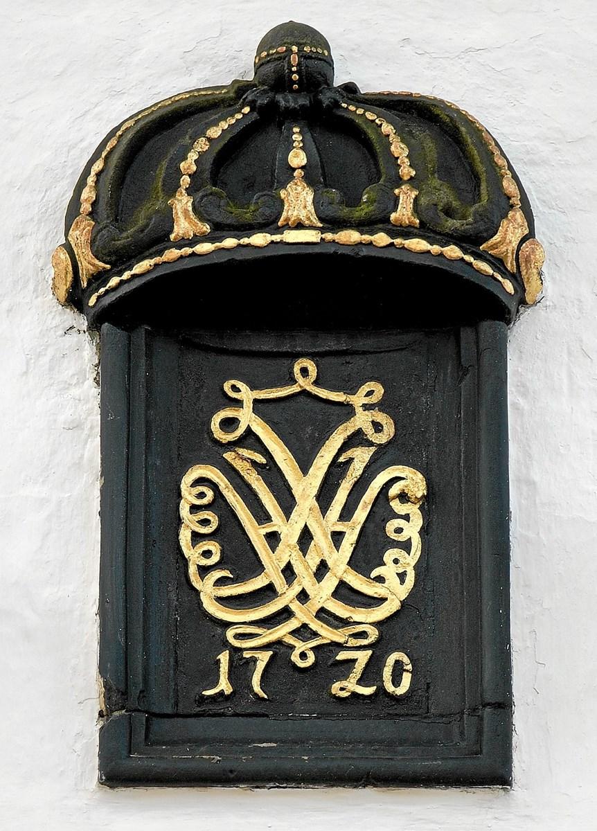 Flere steder på Dronninglund Slot finder man beviser på, at prinsesse Sophie Hedevig var ejer af slottet. Øverst på indgangsportalen i kirkemuren ses hendes kronede initialer og årstallet 1720.