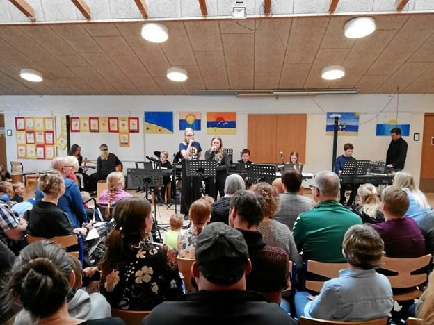 Friskolens sal var godt fyldt op til forårskoncerten. Privatfoto