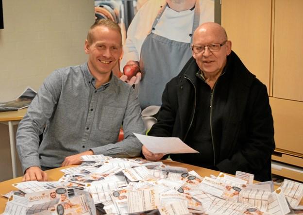 Salgsassistent Peter Thorgaard (tv) overrakte præmien til Lars Rask straks efter lodtrækningen, så gavekortene kunne komme i omløb inden jul. Foto: hhr-freelance.dk