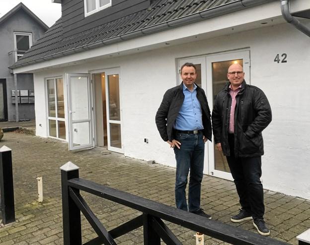 Tom Madsen (tv) partner, ejendomsmægler & Valuar og Palle Nielsen, ejendomsmægler med daglig gang på kontoret i Hadsund. Foto: privat.