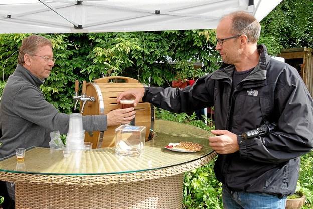 """Brygmester Kjell Røberg-Larsen serverer en speciel """"Festival Øl"""", der er en lys pilsner med et islæt af lokal honning. Foto: Niels Helver"""