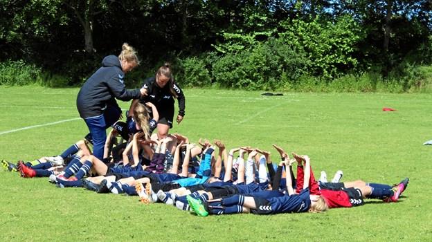 En fodboldskole på Trekroner Stadion består af mange sjove aktiviteter, og 14 kreative trænere lægger dagens program. Foto: TIF98