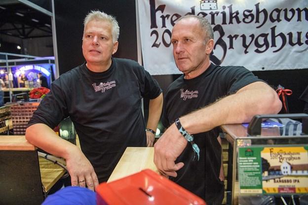 Lars Trie og Kent Boalth fra Frederikshavn Bryghus havde tid til Brewfestival selv om de netop nu er i gang med at installere deres nye kedler. Foto: Peter broen