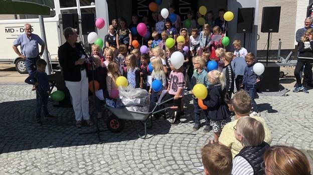 Borgmester Ulla Vestergaard holdt åbningstalen omgivet af børn fra SFO'en i Hurup. Foto: Carsten Hougaard
