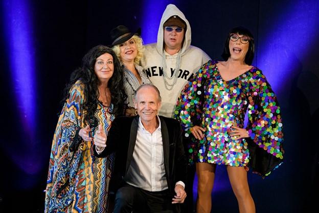 Revyholdet består af Ulla Jessen, Lars Arvad, Peter Andersen og Sara Gadborg. Kapelmester er Hans Peter Andersen.