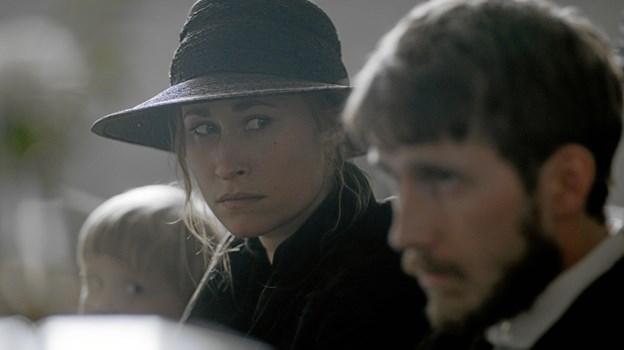 """Rosalinde Mynster - kan 10. november opleves i Løgstør Bio sammen med Sebastian Jessen, som hun spiller sammen med i filmen """"I krig og kærlighed"""". PR-foto"""
