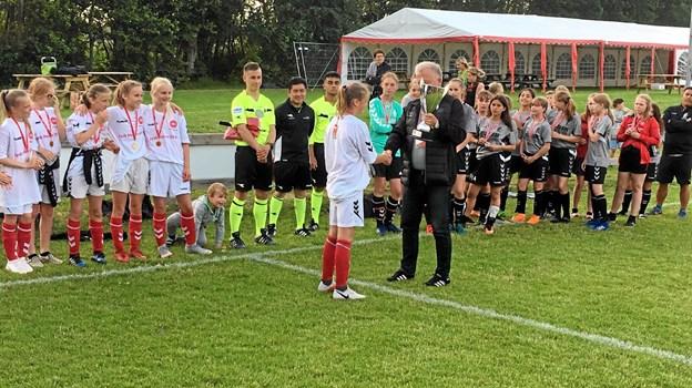 Anfører Wilma Olesen får overrakt pokalen efter den fornemme 5-0 sejr. Foto: Privat Privat