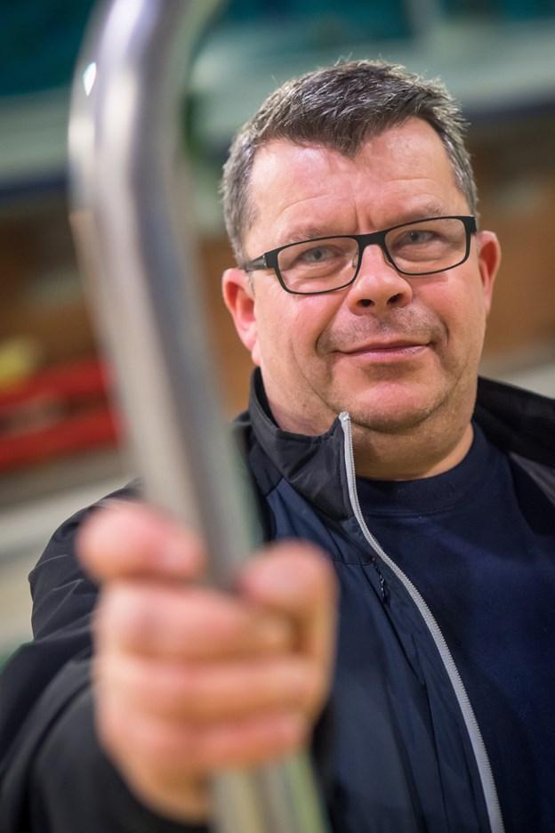 49-årige Christian Mose Sørensen er udnævnt som ny centerleder i Skagen Kultur- og Fritidscenter, og starter i jobbet 1. marts.  Han kommer nu til at arbejde med andre sportsfolk end dem med bold. Så derfor er han fotograferet i centrets svømmehal. Foto: Martin Damgård Martin Damgård