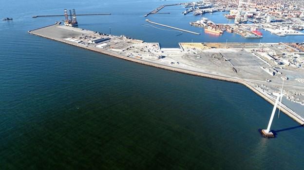 Yderst på arealet skal olieterminalen etableres. Så ses de fem pakhuse fra Global Green Developer. På M.A.R.S' område er man ved at etablere en platform med mulighed for at tage 70 tons pr kvadratmeter. Her ses også den 90 meter brede skibsrampe, hvor de kan trække skibe og mobile platforme op til ophugning.