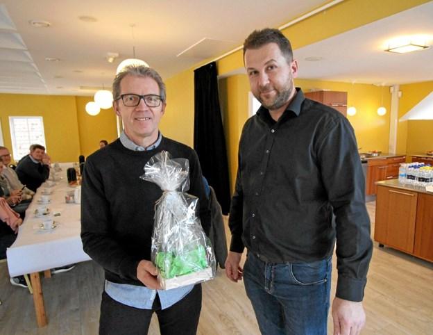 """Erik Torp får her overrakt """"Årets Glas"""" af formanden for Dronninglund Borgerforening, Allan Danielsen. Foto: Jørgen Ingvardsen"""