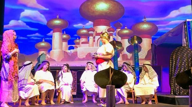 Historien om Aladdin tager udgangspunkt i østens mystik, hvilket scenografien var med til at understrege.