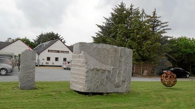 Allerede ved ankomsten til Galleri Munken er der møde med kunsten. Foto: Kirsten Olsen Kirsten Olsen