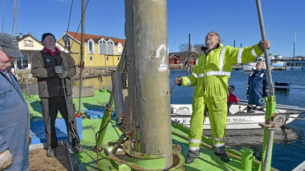 Lars Klemme (th.) styrer rambukken, mens pælen finder sin plads cm for cm i kridtbunden i havnen.Foto: Ole Iversen Ole Iversen