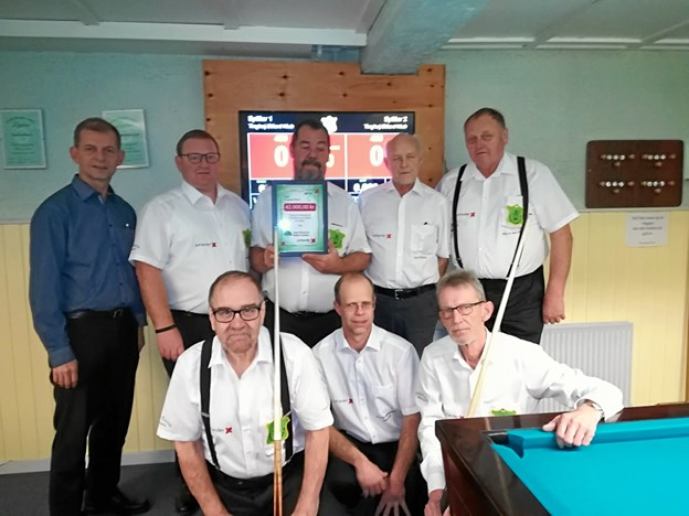 Henrik Harbo fra Jutlander Bank sammen med nogle af spillerne i Tinghøj Billard. Privatfoto