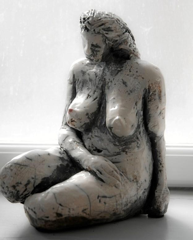Birgit Kirkes frodige kvindeskulpturer har med deres form og positur et humoristisk islæt over sig.