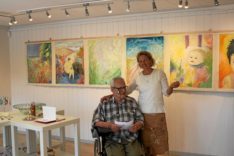 Pensioneret læge, men stadig aktiv kunstner Jørgen Frost sammen med én af initiativtagerne Anne Kathrine Levorsen. Det er Jørgen Frost malerier der pryder væggen. Foto: Tommy Thomsen Tommy Thomsen