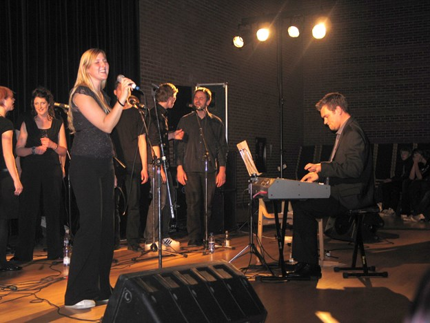 Den lokale Nadja Broholm synger i Outrup Kirke. Her ses hun sammen med Tore Müller og Vokal Art. Arkivfoto.