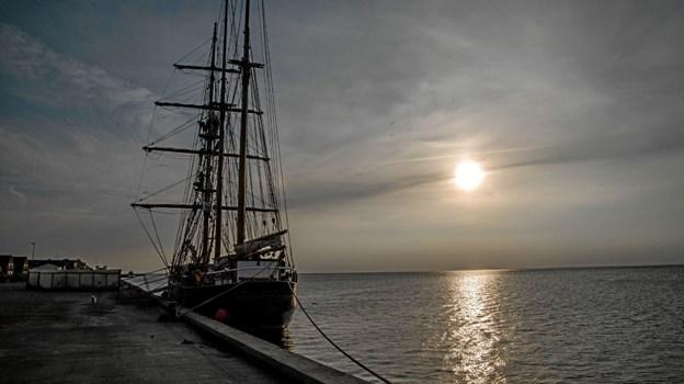 Skonnerten Loa af Aalborg sejler pt med 23 udvekslingsstudenter fra det meste af verden i et Rotary projekt. Søndag aften besøgte de Løgstør. Foto: Mogens Lynge Mogens Lynge