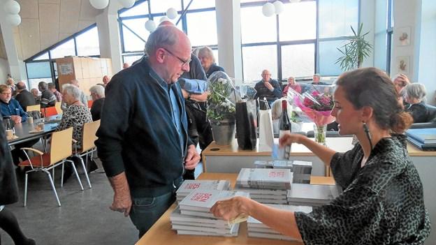 Efter præsentationen var der gang i salget. Foto: Kirsten Olsen