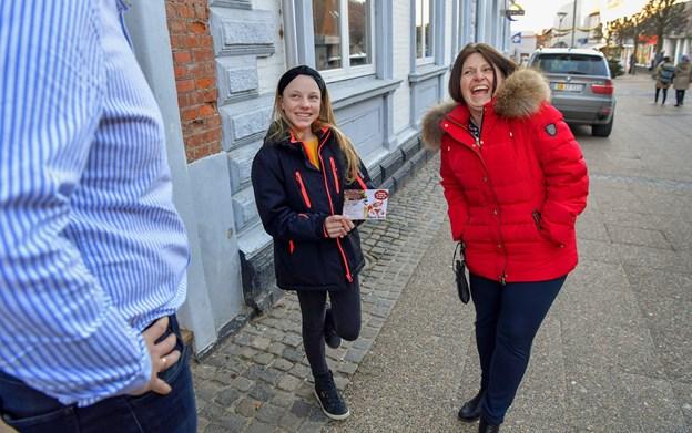Lykke Lajer og hendes mor Lene tog turen fra Arden til Hobro for at hente gavekortet på 10.000 kroner. Foto: Jesper Thomasen JESPER THOMASEN