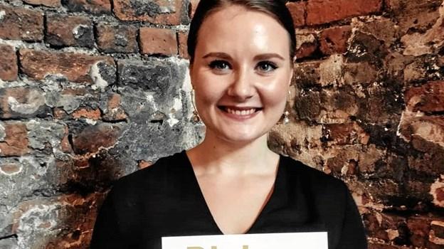 Louise Viborg Petersen har al mulig grund til at se glad og tilfreds ud, for nu har hun diplom på, at hun har vundet 2. pladsen i DM i guldsmedekunst for lærlinge. Foto: Louise Viborg Petersen