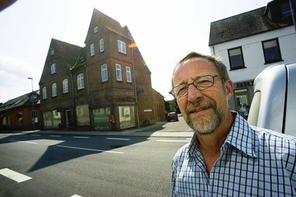 Monrads Hus på Jyllandsgade 22 i Skørping er en institution i byen, mener Hans Holm, som derfor har købt huset og sikret sig, at det igen får en rigtig forretning i lokalerne ud til gaden. Solcentre har byen nok af, mener han.FOTO: PER KOLIND