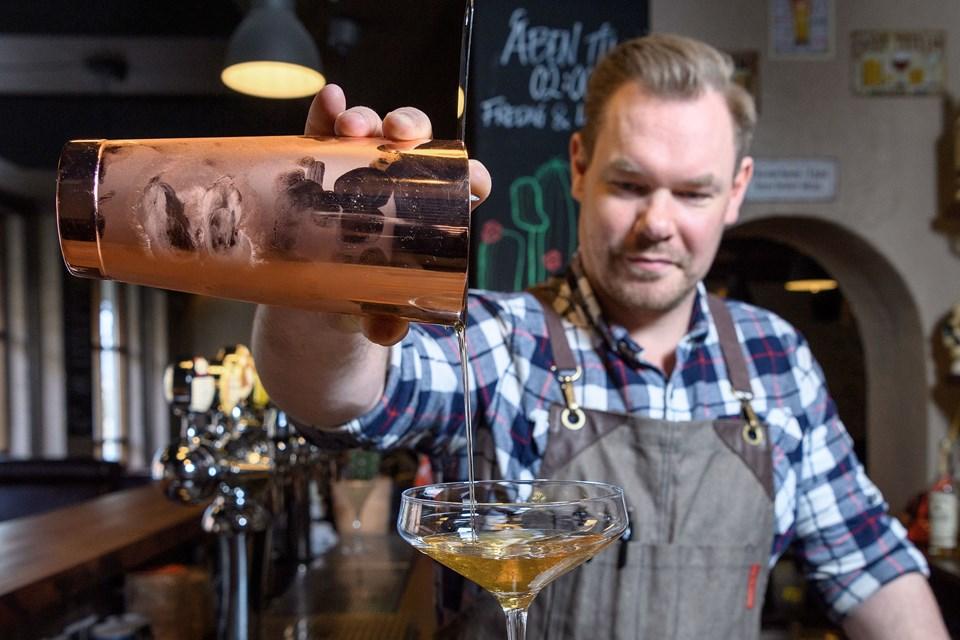 Claus Carstensen er vildt begejstret over, at Rogue har udvalgt hans restaurant og cocktailbar som det første sted, der må servere deres nye produkter. Arkivfoto: Peter Broen