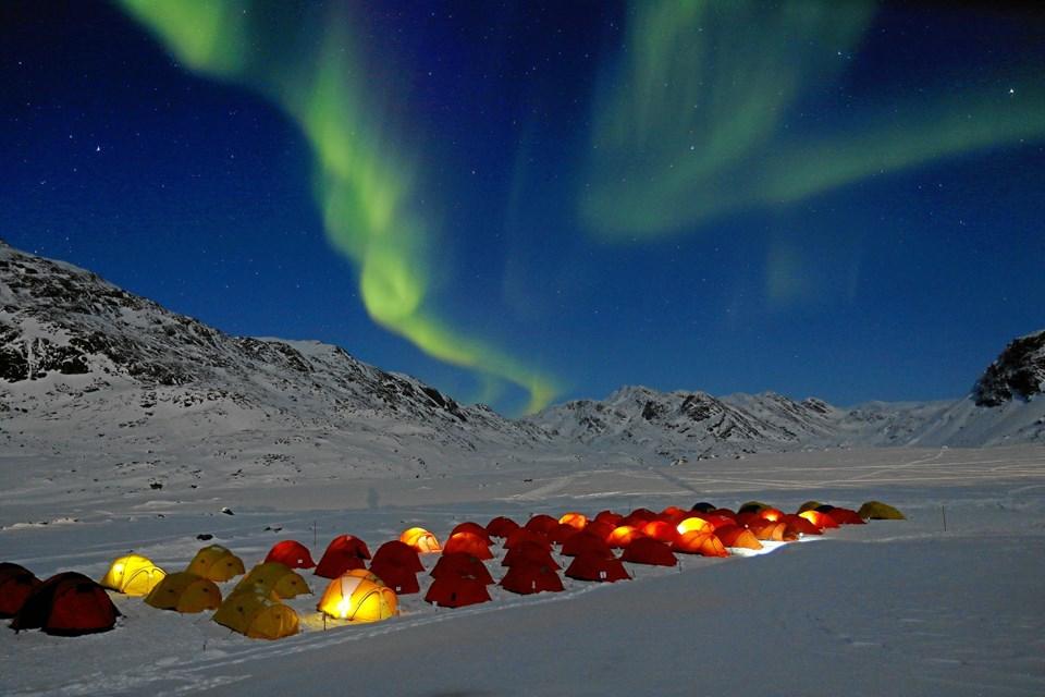 Betagende ser det ud, når løberne overnatter i telte, mens nordlyset spiller på himmelbuen. ?Privatfoto