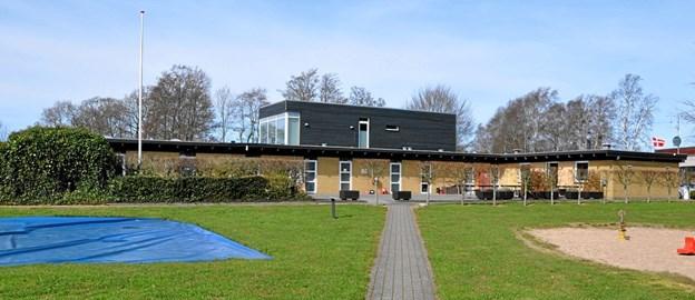 Gulstensbygningerne med fladt tag har været der fra campingpladsens start. Den sorte bygning bagved har Laila og Frank bygget som privatbolig. Foto: Ole Torp Ole Torp