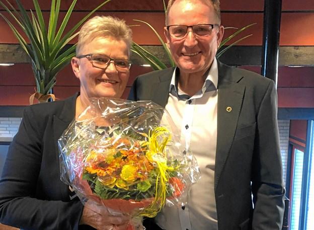 Tove blev på generalforsamlingen hædret for hende utrættelige arbejde med børn og unge i F.f.I håndbold igennem 40 år. Her ses den sølvnåls-hædrede Tove sammen med kredsformand Villy Nielsen.