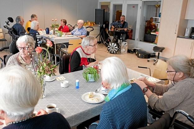 Der var hyggeligt samvær i Fællesstuen i lørdags, hvor Chris Borup underholdt med sang og musik. Foto: Niels Helver Niels Helver