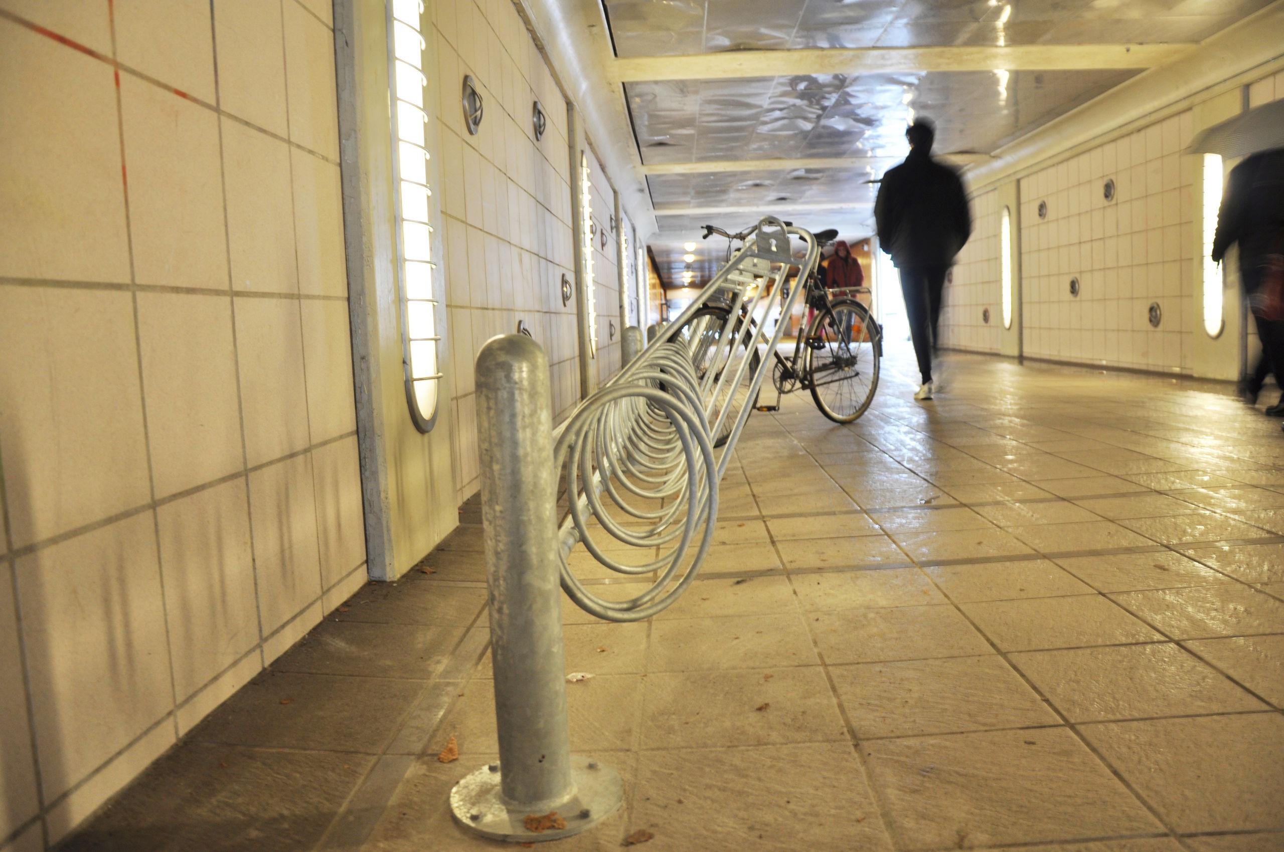 Der er blandt andet kommet nye cykelstativer i gangtunnelen mellem John F. Kennedys Plads og Kildeparken. Foto: Aalborg Kommune