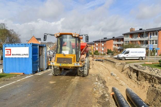 På Brogade i Hobro har Hobro Fjernvarme spærret indkørslen til Mariagervej.   Foto: Jesper Thomasen JESPER THOMASEN